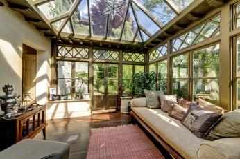 Картинка интерьер веранды террасы балконы диван подушки стекло