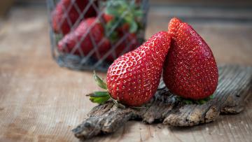 обоя еда, клубника,  земляника, две, парочка, пара, ягоды, деревяшка, композиция, поцелуйчик, корзинка, фотоссессия, фон, доска, стол