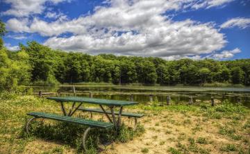обоя природа, реки, озера, деревья, облака, скамейка, стол, вода