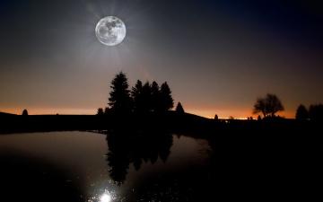 Картинка природа пейзажи лучи озеро деревья луна силуэты закат вечер