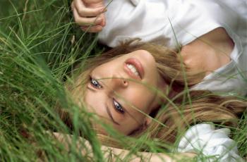 обоя музыка, kylie minogue, кайли, миноуг, певица, блондинка, трава, улыбка