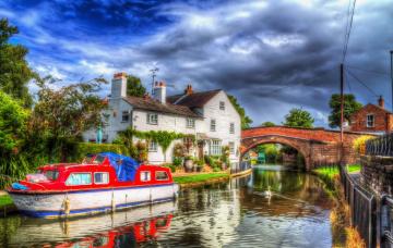 обоя англия, корабли, баржи, водоем, лебедь, трава, деревья, облака, дома, мост