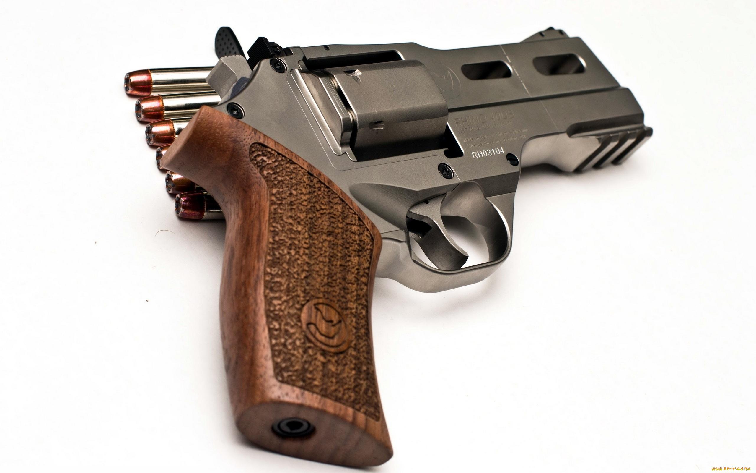 Заряженный пистолет на синем фоне загрузить