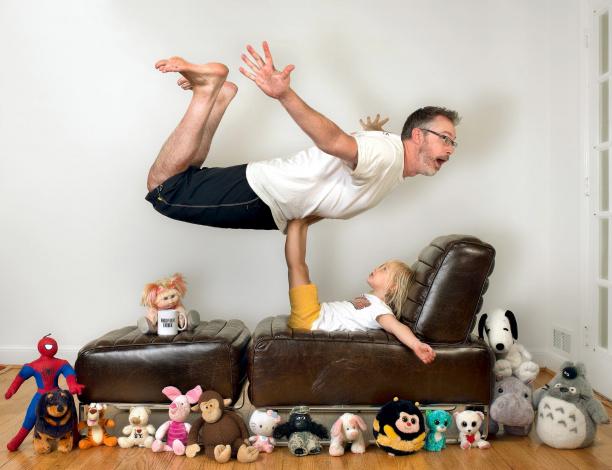 Обои картинки фото юмор и приколы, игрушки, девочка, мужчина