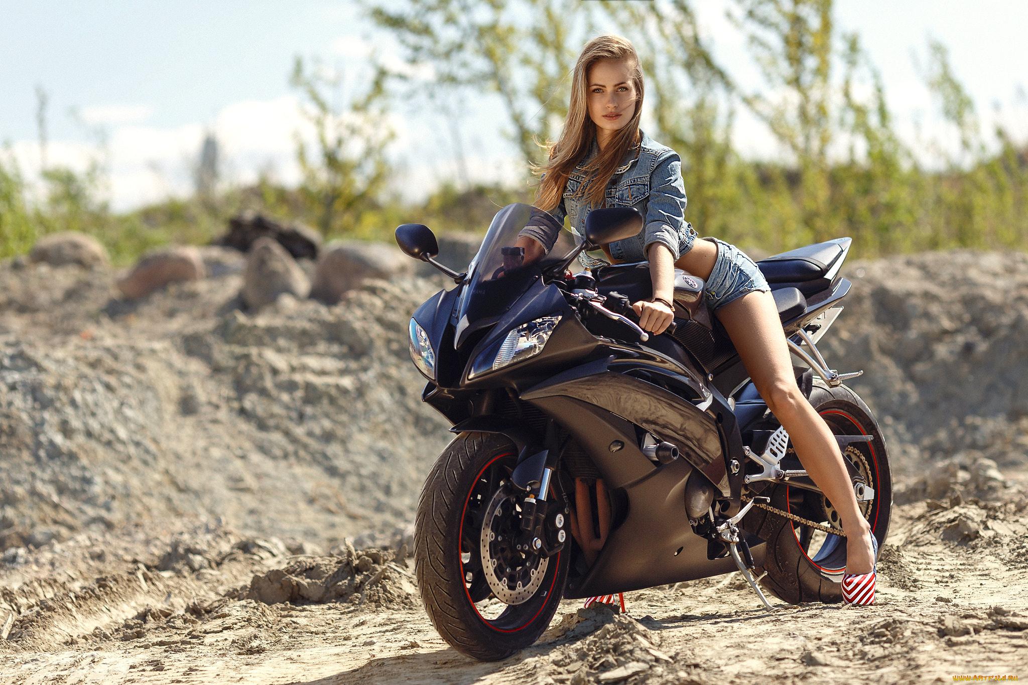 devushki-vozle-mototsikla-foto-zhenskiy