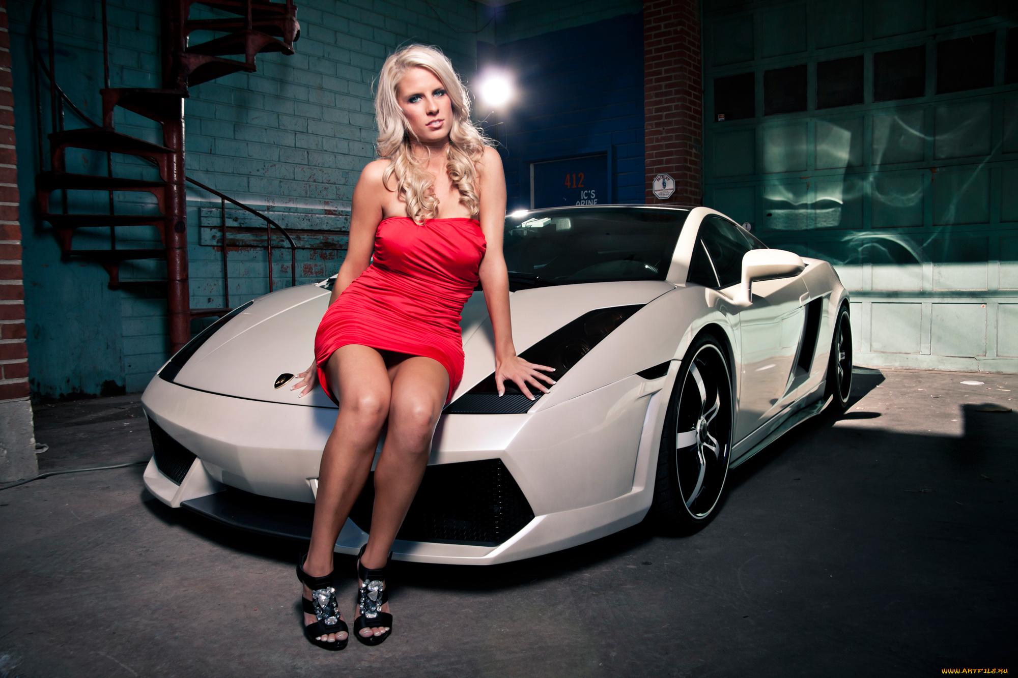 Очаровательная девушка возле белого авто без смс