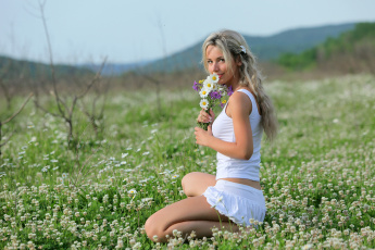 обоя девушки, -unsort , блондинки, цветы, юбка, майка, поле