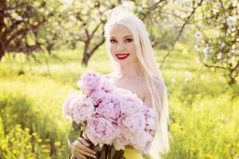 обоя девушки, -unsort , блондинки, пионы, девушка, улыбка, букет, блонди, цветы, боке