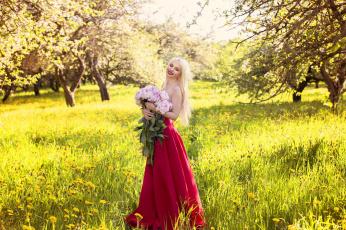 обоя девушки, -unsort , блондинки, розы, букет, блонди, улыбка, платье