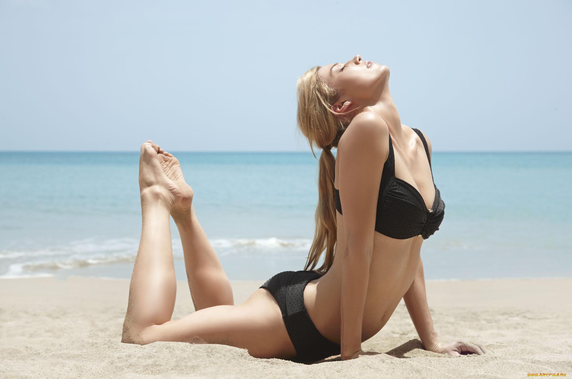 Фото на пляже девушки боком