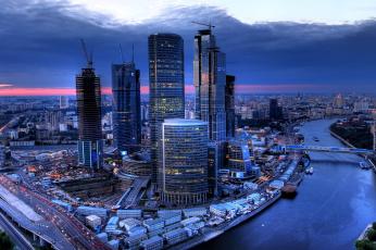обоя города, москва , россия, закат, река, москва, вечер, дома, мосты, небоскребы