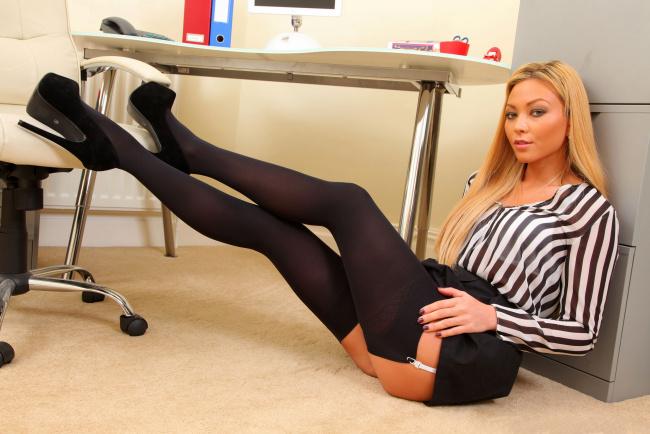 красивые секретарши на шпильках фото