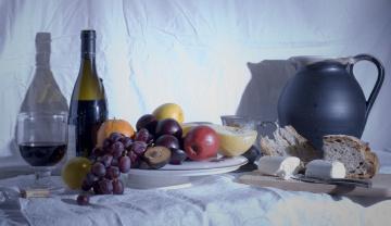Картинка еда натюрморт вино сыр хлеб кувшин виноград сливы дыня бутылка яблоко