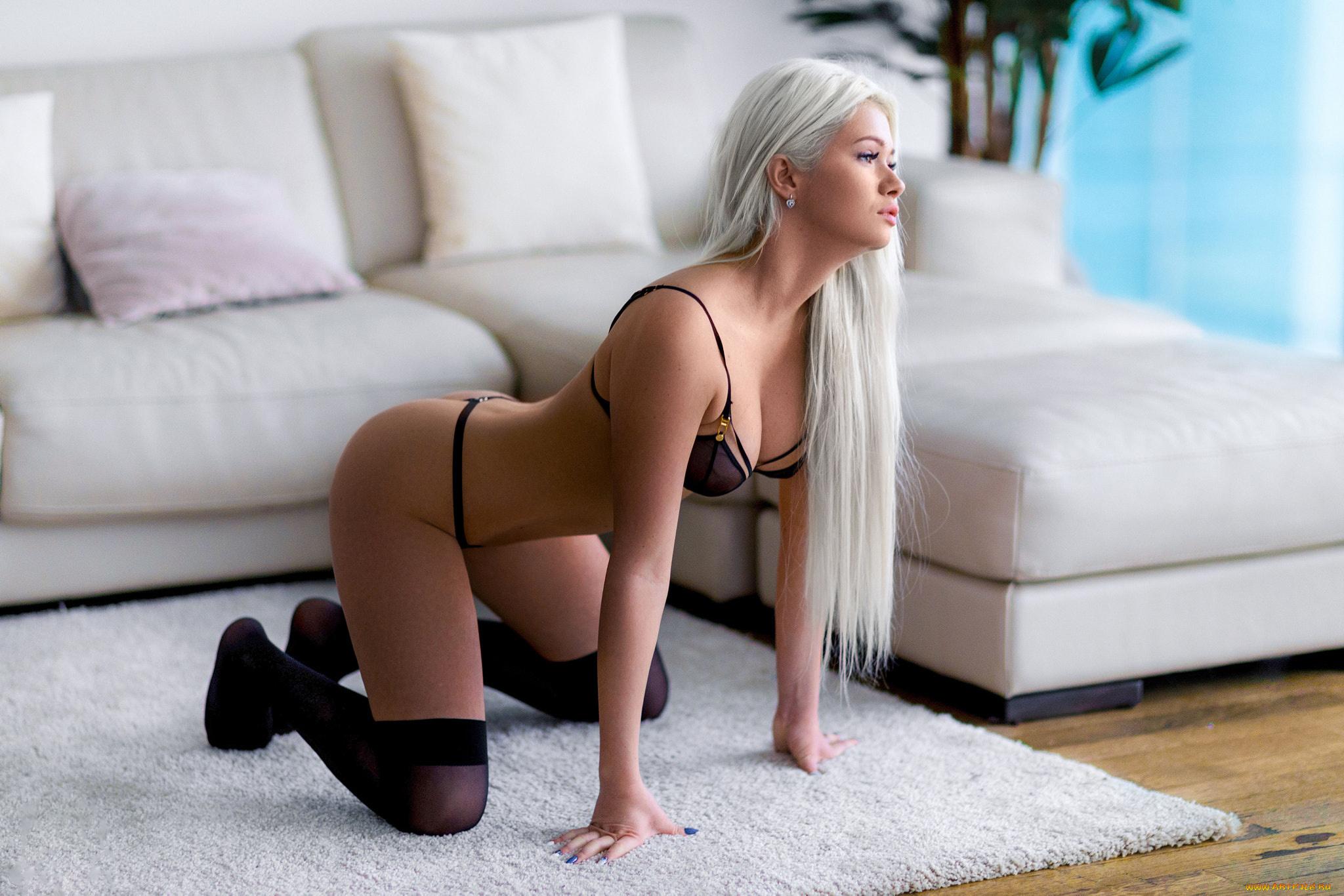 Смотреть Как Блондинку Ебут Так Что Ноги Подкашиваются