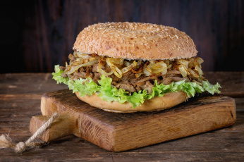 обоя еда, бутерброды,  гамбургеры,  канапе, салат, мясо, булочка, лук, гамбургер