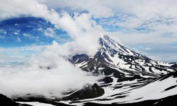 обоя природа, горы, вулкан, авачинская, сопка, покрыт, белыми, облаками, камчатка, россия