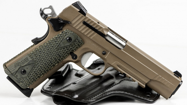Обои картинки фото оружие, пистолеты, пистолет, sig, sauer, кобура, белый, фон