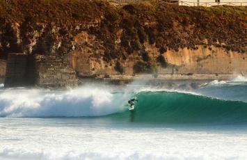 обоя спорт, серфинг, экстремальный, скала, серфер, доска, для, серфинга, волны, море