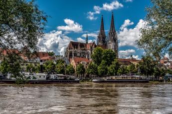 обоя города, - католические соборы,  костелы,  аббатства, река