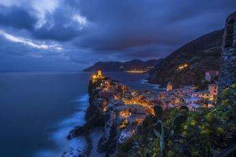 обоя города, - огни ночного города, вернацца, утес, италия, дома, ночь, море