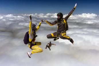 Картинка спорт экстрим парашутисты облака униформа небо