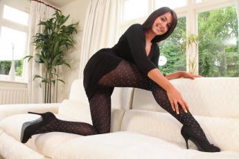 Картинка девушки bryoni+kate bryoni-kate williams ноги колготки диван