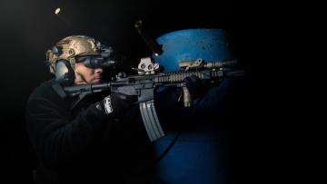 Картинка оружие армия спецназ солдат автомат стрельба гильзы бинокль ночного видения