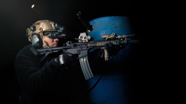 Обои картинки фото оружие, армия, спецназ, солдат, автомат, стрельба, гильзы, бинокль, ночного, видения
