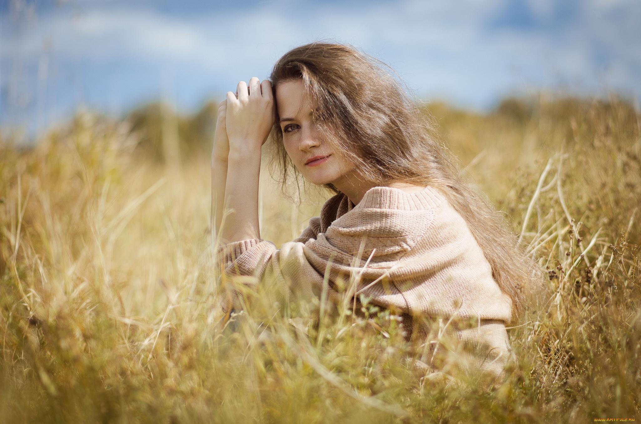 Девушка в поле волосы бесплатно