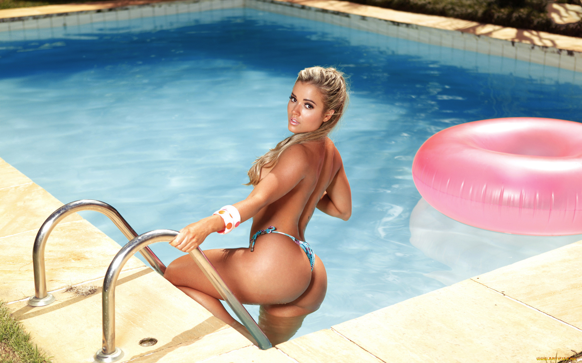 Blonde model Kelsi Monroe looses her big butt from her swimsuit by pool  1284646