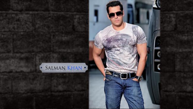 Обои картинки фото мужчины, salman khan, очки, майка, джинсы