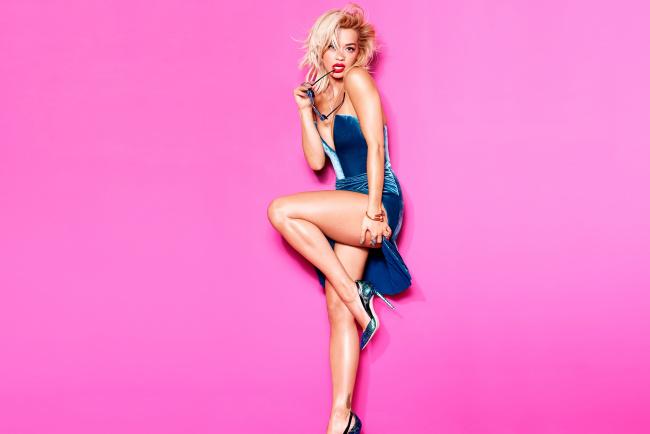 Обои картинки фото музыка, rita ora, рита, ора, блондинка, очки, платье, каблуки