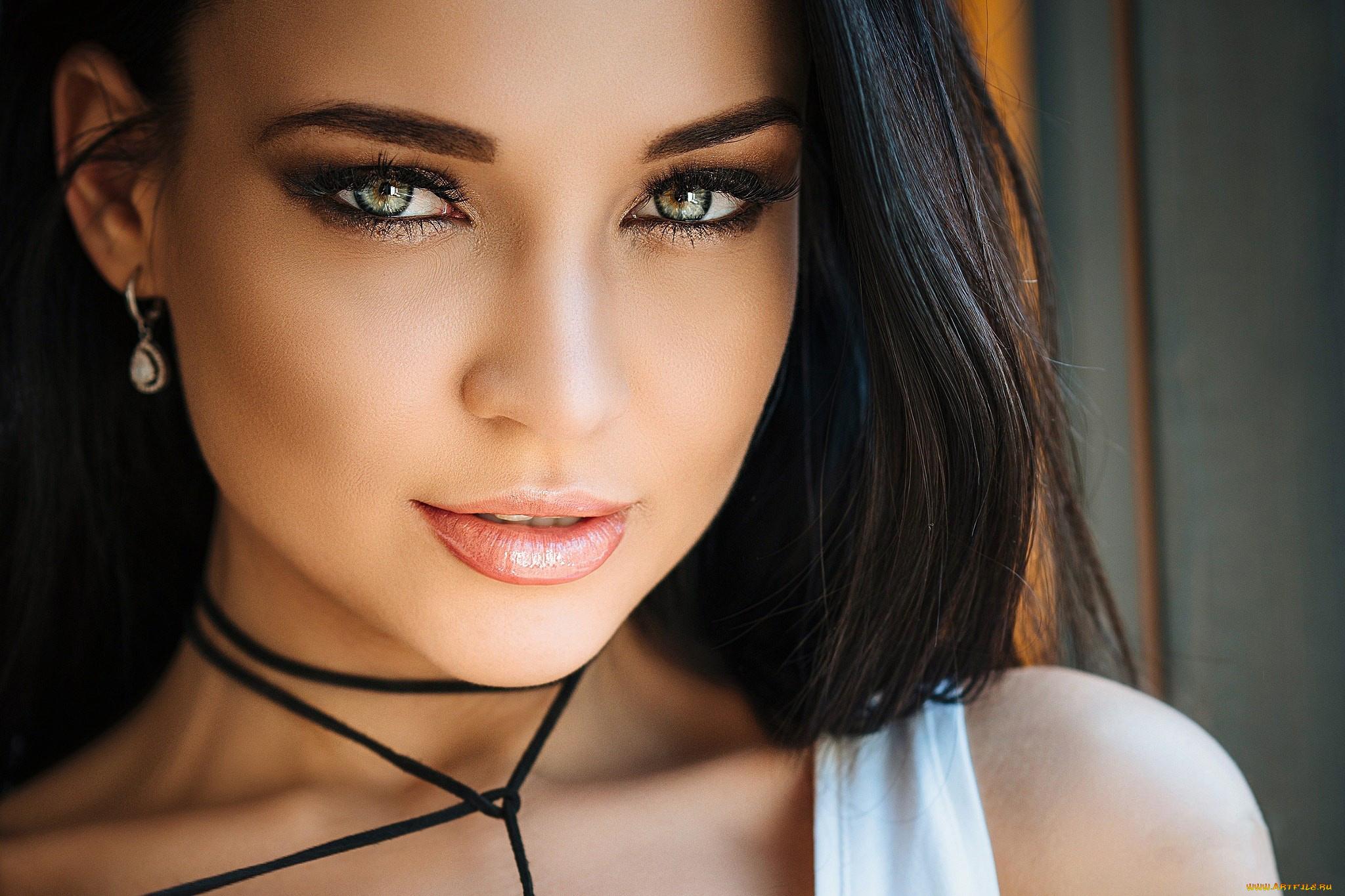 Девушка взгляд красотка брюнетка без смс