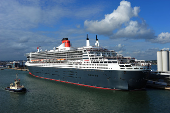 Картинка queen+mary+2 корабли разные+вместе порт лайнер круизный причал