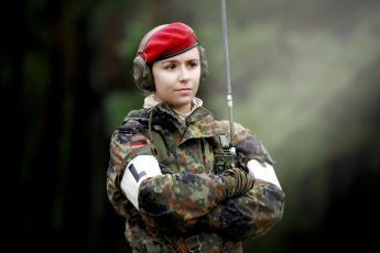 Картинка оружие армия спецназ постель девушка немка красный берет наушники карие глаза рация