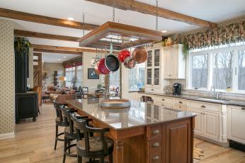 Картинка интерьер кухня стулья сковородки стол