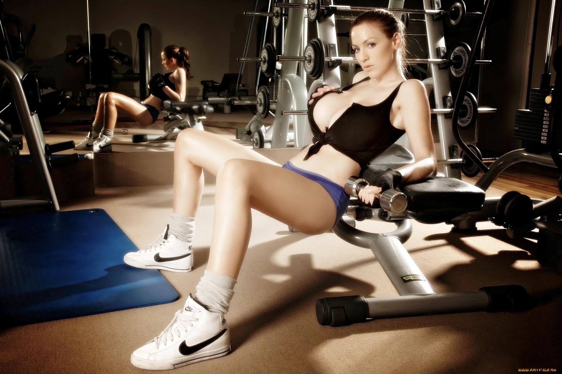 Грудастую блондинку трахает в спортзале фитнес-тренер  669917