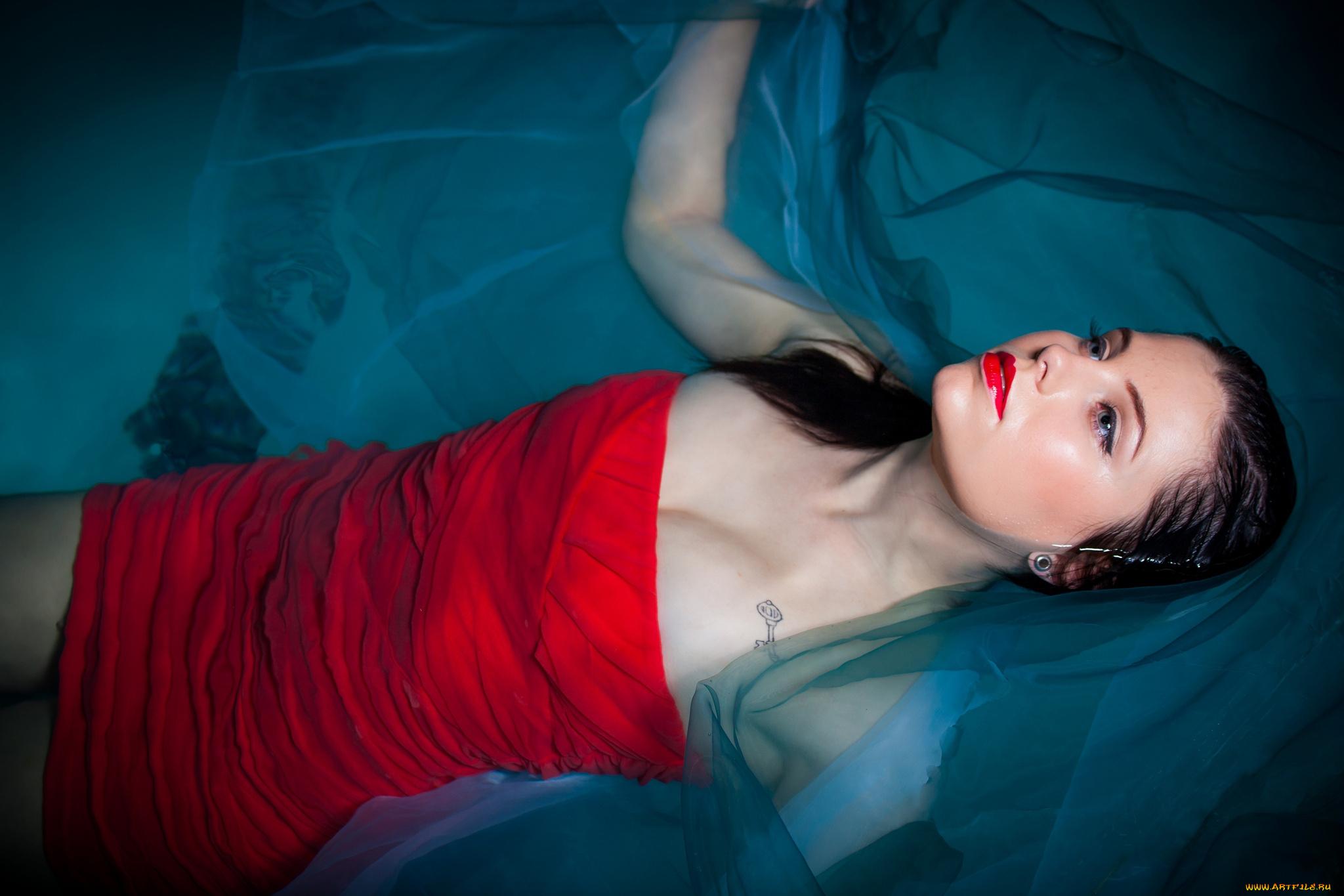 девушки красный платье вода скачать
