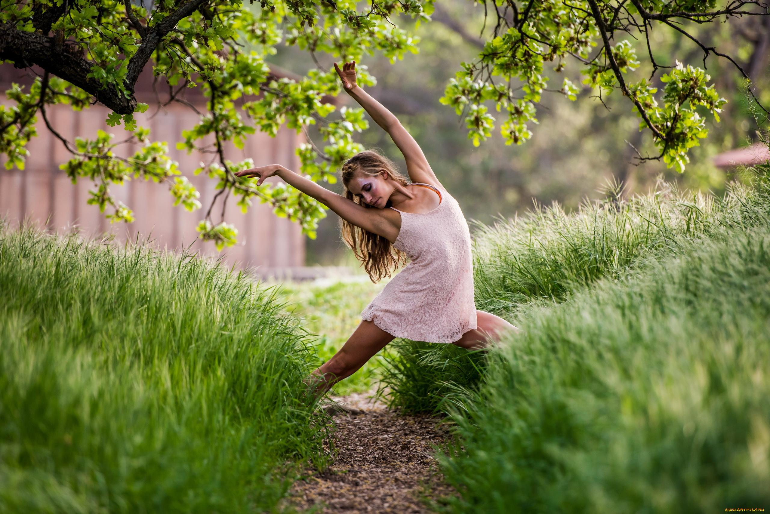 девушка поле деревья  № 3582010 загрузить