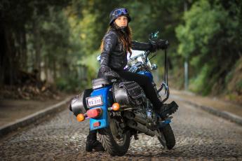 обоя мотоциклы, мото с девушкой, мотоцикл, улица, взгляд, девушка