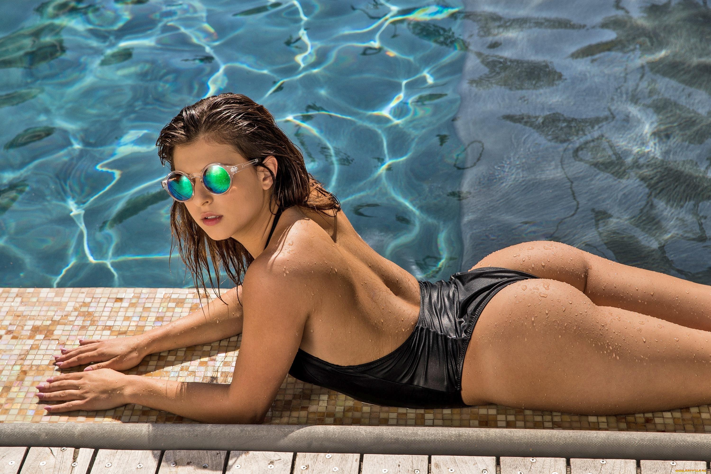 Напрягают русские девчонки в бассейне супер большие