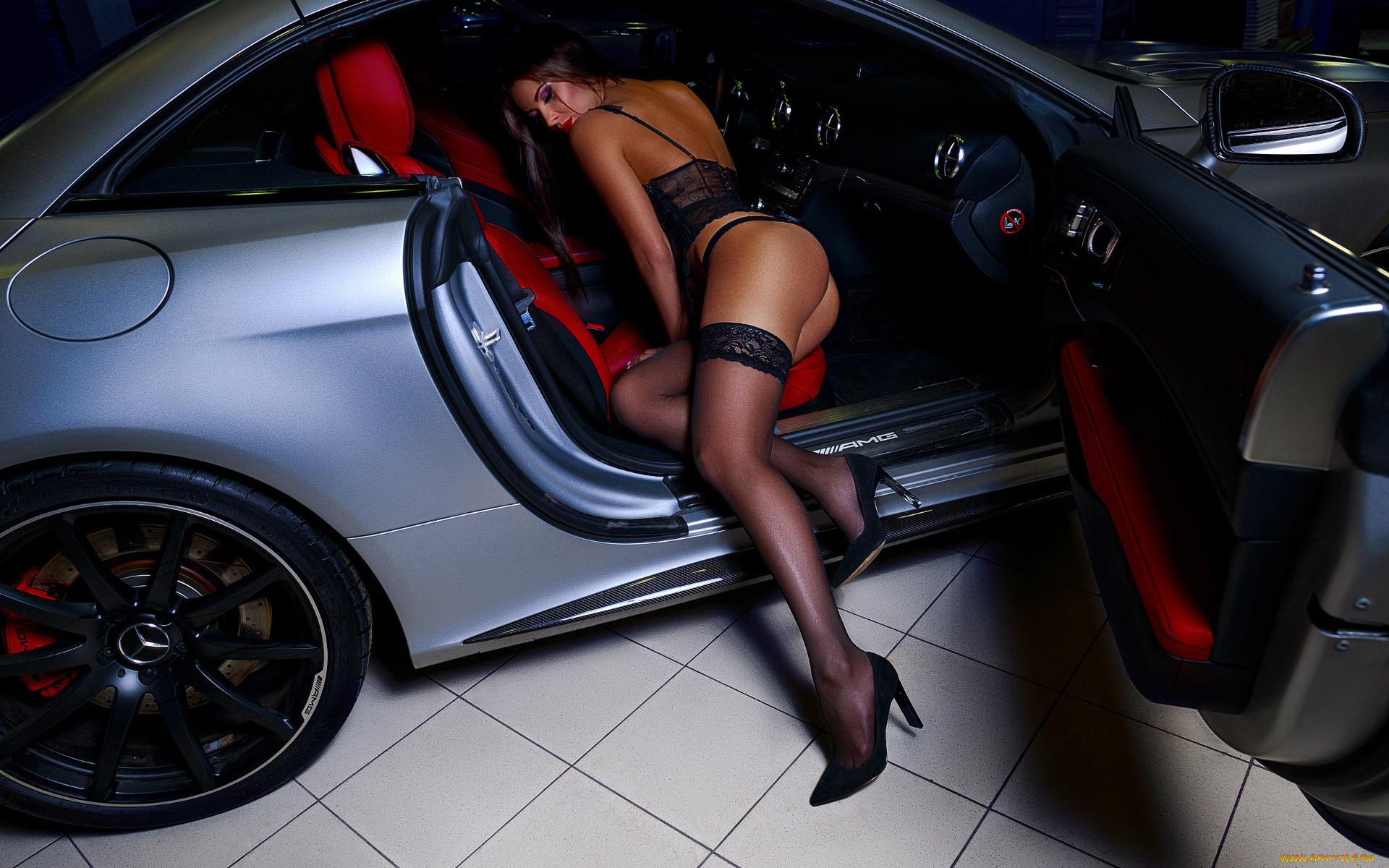 сексуальная брюнетка на шпильке за рулем автомобиля только лайн