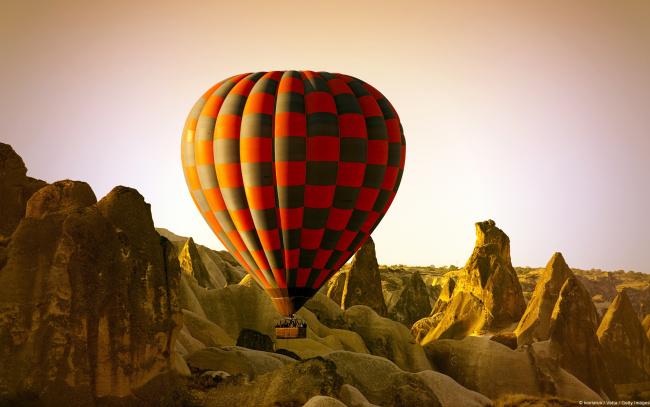 Обои картинки фото авиация, воздушные шары, шар, горы