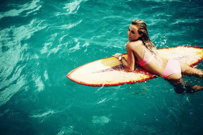Обои картинки фото alana blanchard, спорт, серфинг, купальник, часы, доска, море, блондинка, улыбка